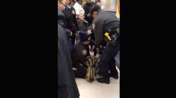 La Policía de Nueva York forcejea con una mujer