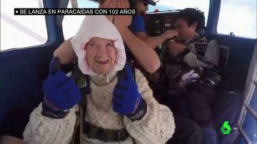 El salto solidario de una paracaidista de 102 años