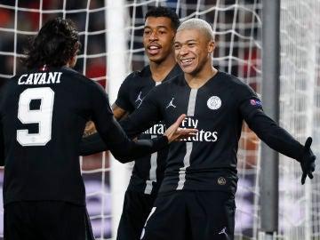 Mbappé celebra con Cavani el gol del uruguayo contra el Estrella Roja