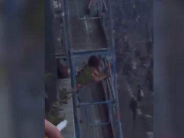 Graban a una pareja teniendo sexo durante las protestas de los chalecos amarillos en París