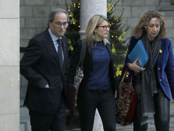 Quim Torra acompañado por la las conselleras de Presidencia, Elsa Artadi, y de Justicia, Ester Capella