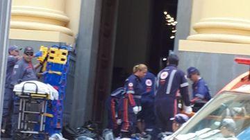 Los efectivos sanitarios a las puertas del templo tras el tiroteo