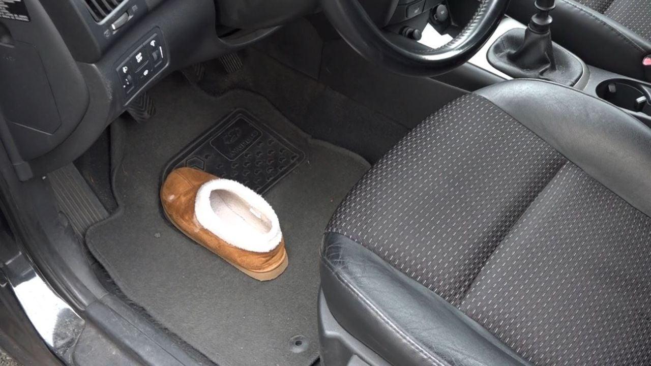 El truco del zapato que se ha hecho viral para no dejar a los bebés olvidados en el coche