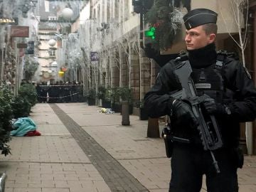 Un policía de Estrasburgo tras el ataque terrorista el 11 de diciembre.