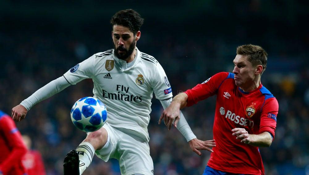 Isco controla el balón ante el CSKA