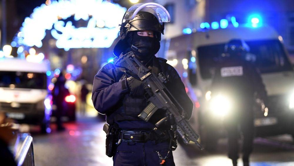 Policías hacen guardia en el Mercado de Navidad de Estrasburgo