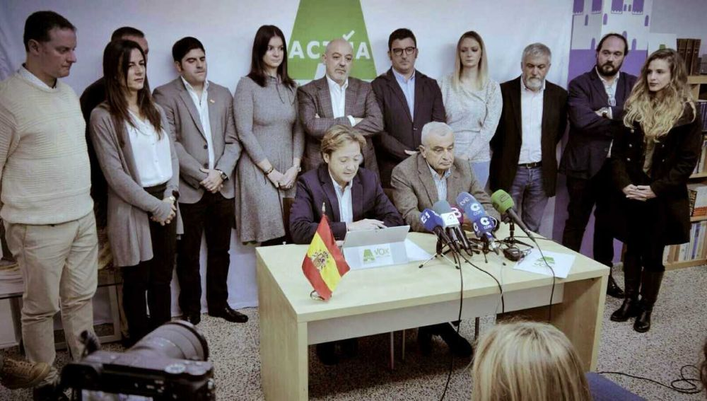 Jorge Campos junto a Fulgencio Coll en el comunicado de Vox.