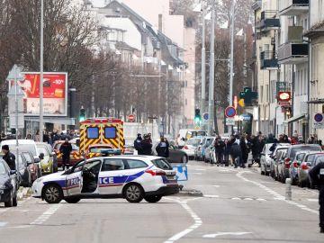 Agentes de la policía francesa en el barrio del atacante