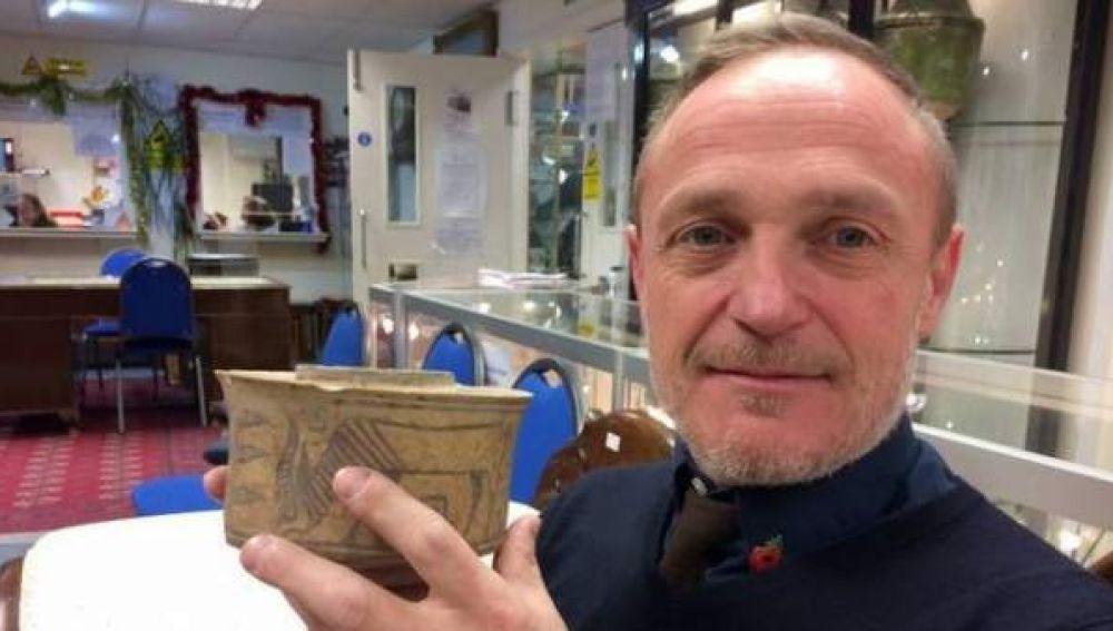 Karl Martin con su vaso de cerámica que tiene 4.000 años de antigüedad.