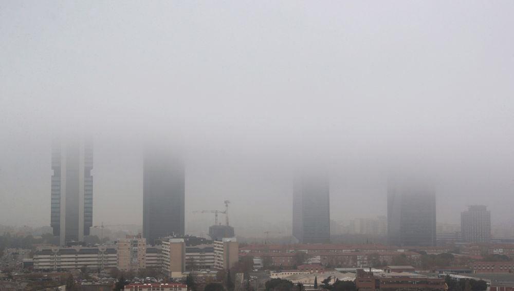 Vista de las Cuatro Torres de Madrid cubiertas por la niebla