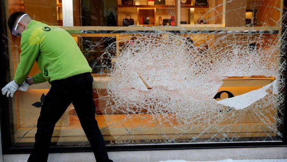 Cristales rotos tras el atraco a una tienda de lujo en Valencia