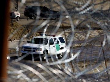 Agentes de la patrulla fronteriza estadounidense refuerzan las barreras de alambres de acero a lo largo de la línea fronteriza en la ciudad de Tijuana (México)