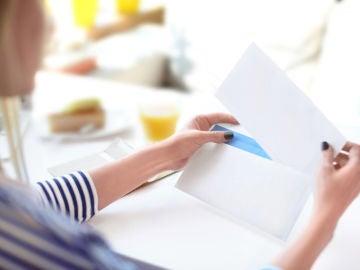 Abriendo una carta