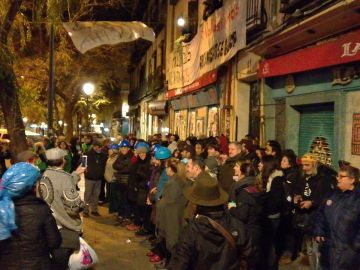 Gente concentrada ante la vivienda de Pepi para paralizar su deshaucio