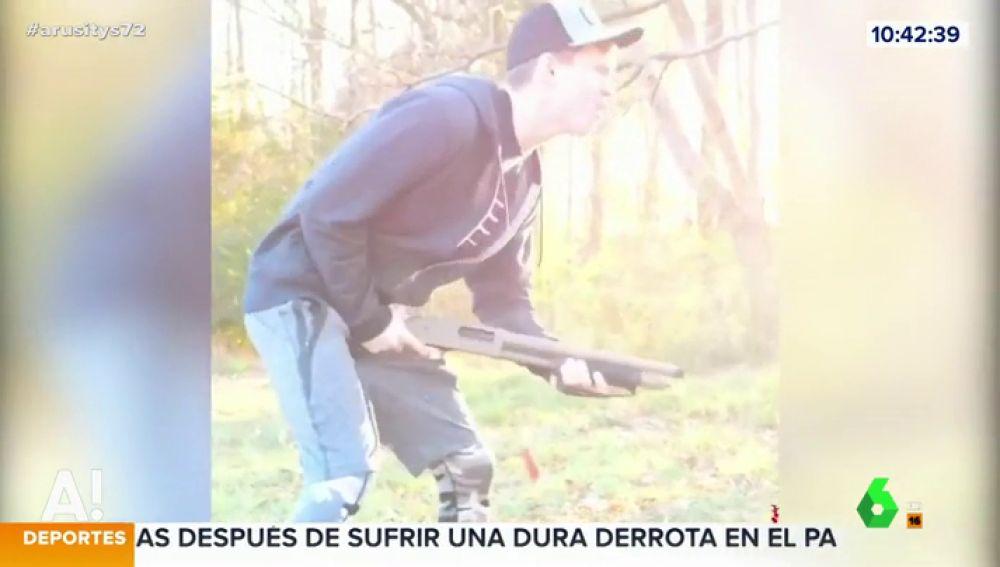 La máxima expresión del masoquismo: se castiga sus partes íntimas con el retroceso de su fusil