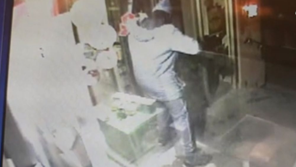 Terrorista de Estrasburgo robando en una farmacia