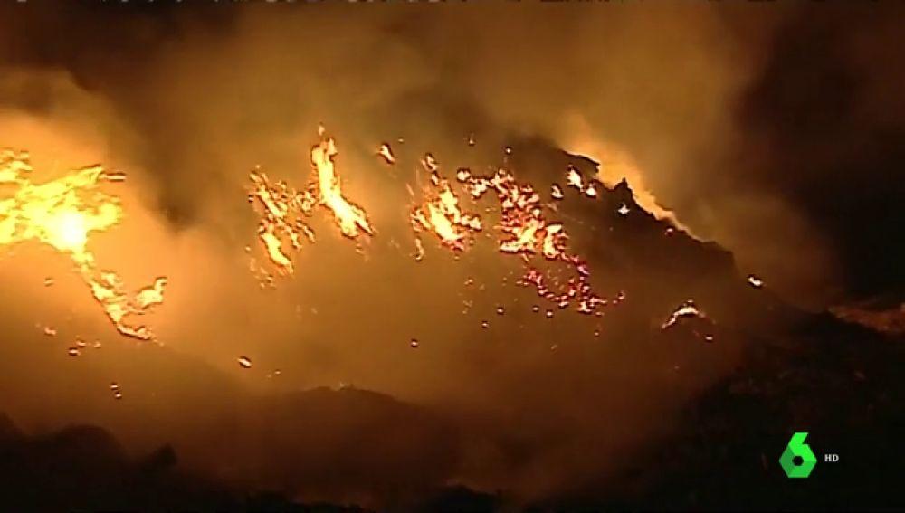 El incendio de la fábrica de reciclaje abandonada en Valencia continua activo