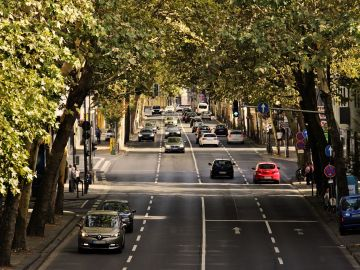 calle con tráfico rodado