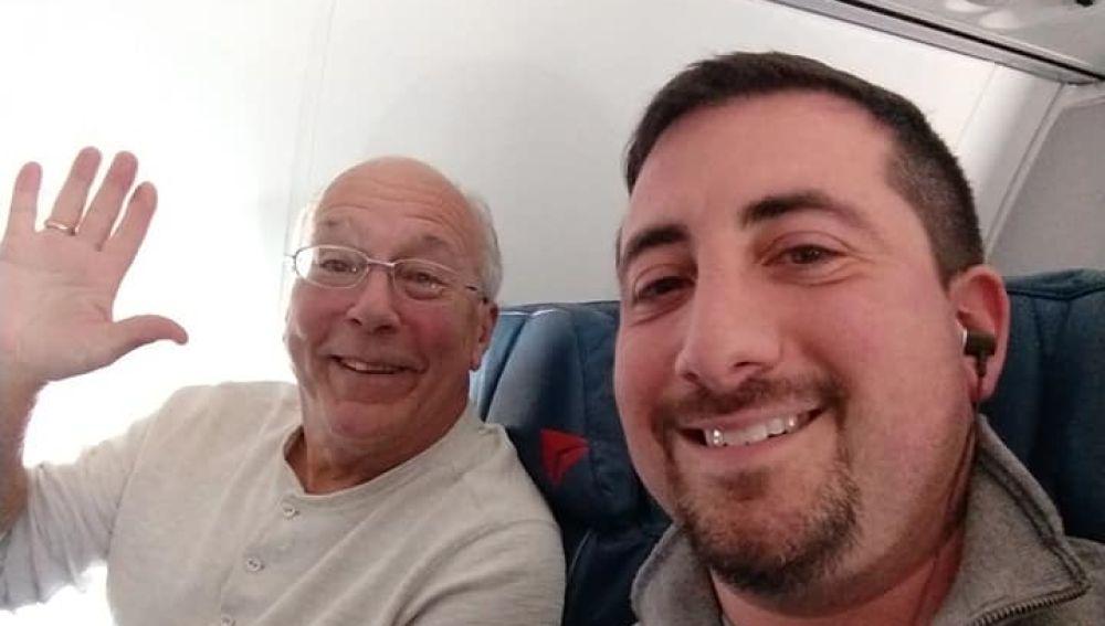 Un padre compra todos los billetes de avión en los que viaja su hija como azafata para pasar la Navidad con ella