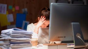 Imagen de archivo de una mujer en la oficina
