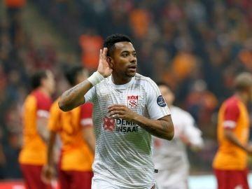 Robinho celebra uno de sus goles en la Superliga turca