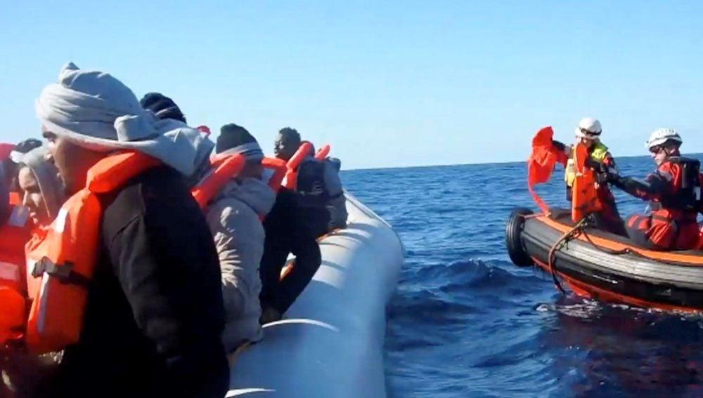 El barco de Sea Watch espera desde el mediterráneo permiso para desembarcar