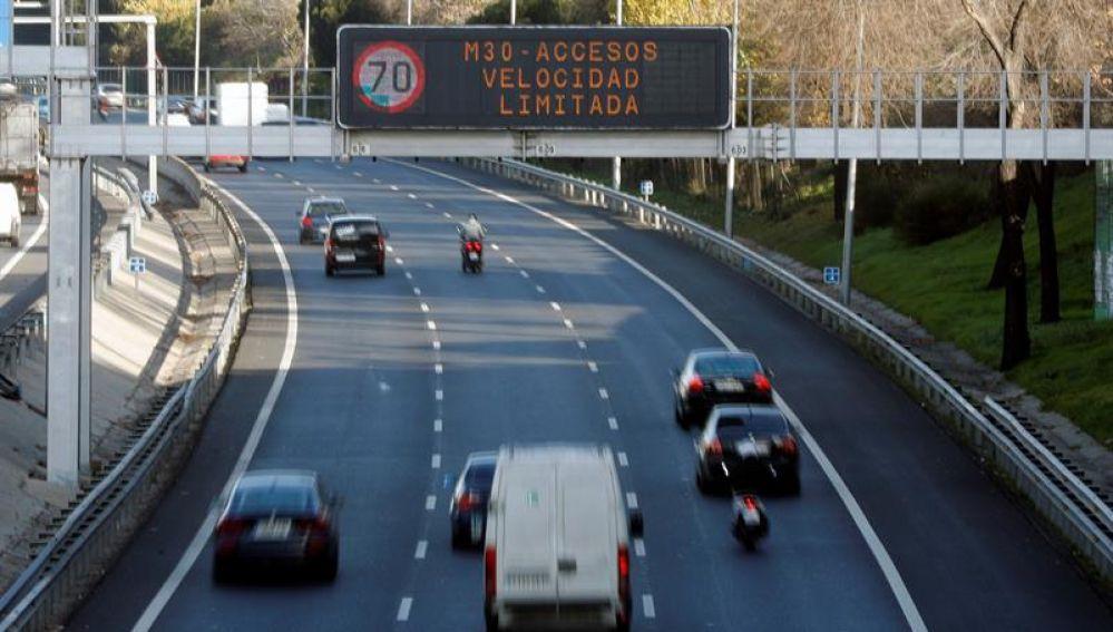 Pantalla de tráfico con aviso de límite de velocidad.