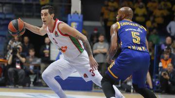El jugador del Khimki Moscú Tony Crocker (d) defienda al jugador del Kirolbet Baskonia Luca Vildoza (i) durante el partido de la Euroliga de baloncesto disputado en Moscú