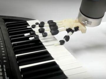 Brazo robótico tocando el piano
