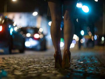Imagen de archivo de una chica en la calle