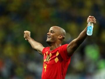 El central Kompany celebra la victoria de Bélgica