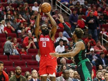 James Harden, en acción ante los Celtics
