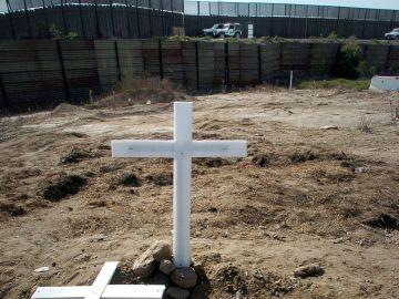 Una cruz al frente del muro que separa la frontera entre Estados Unidos y México
