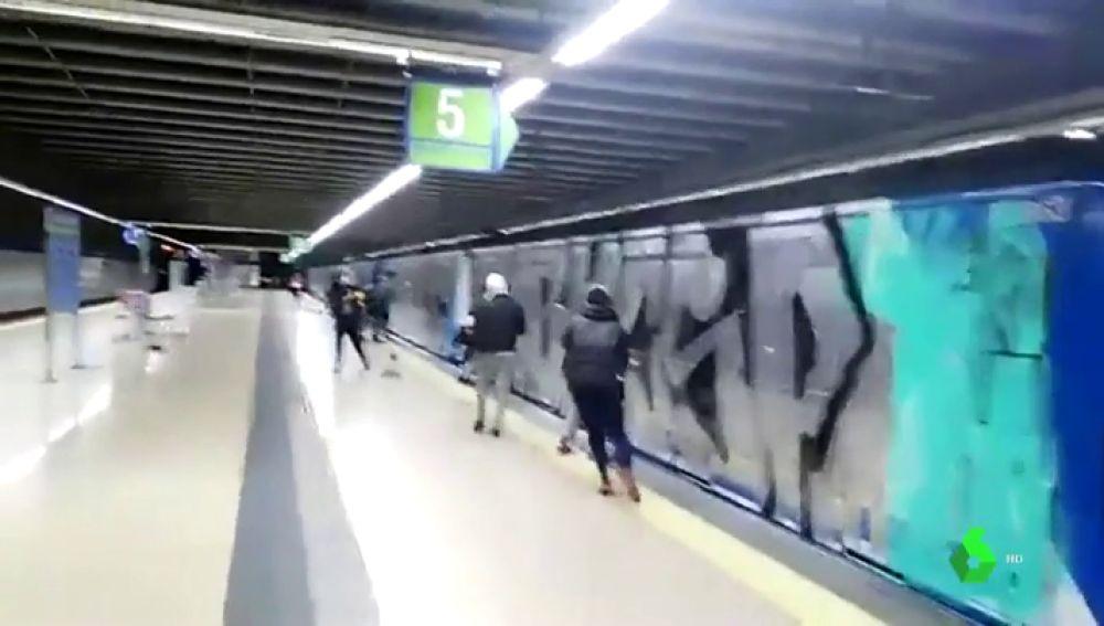 Los vigilantes denuncian a Metro de Madrid por sentirse indefensos ante los ataques de los grafiteros