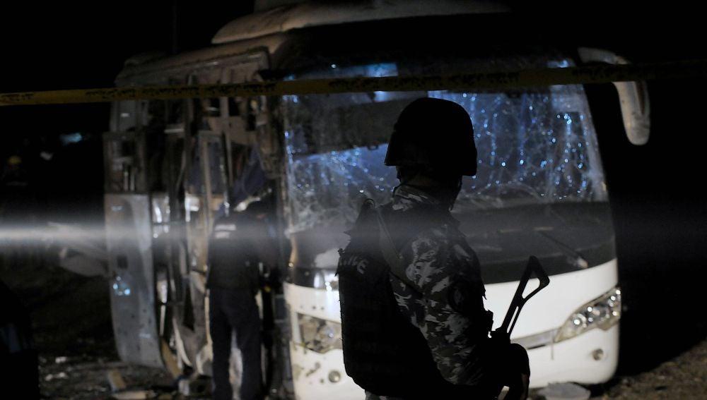 Daños causados por un atentado bomba junto a las pirámides de Guiza