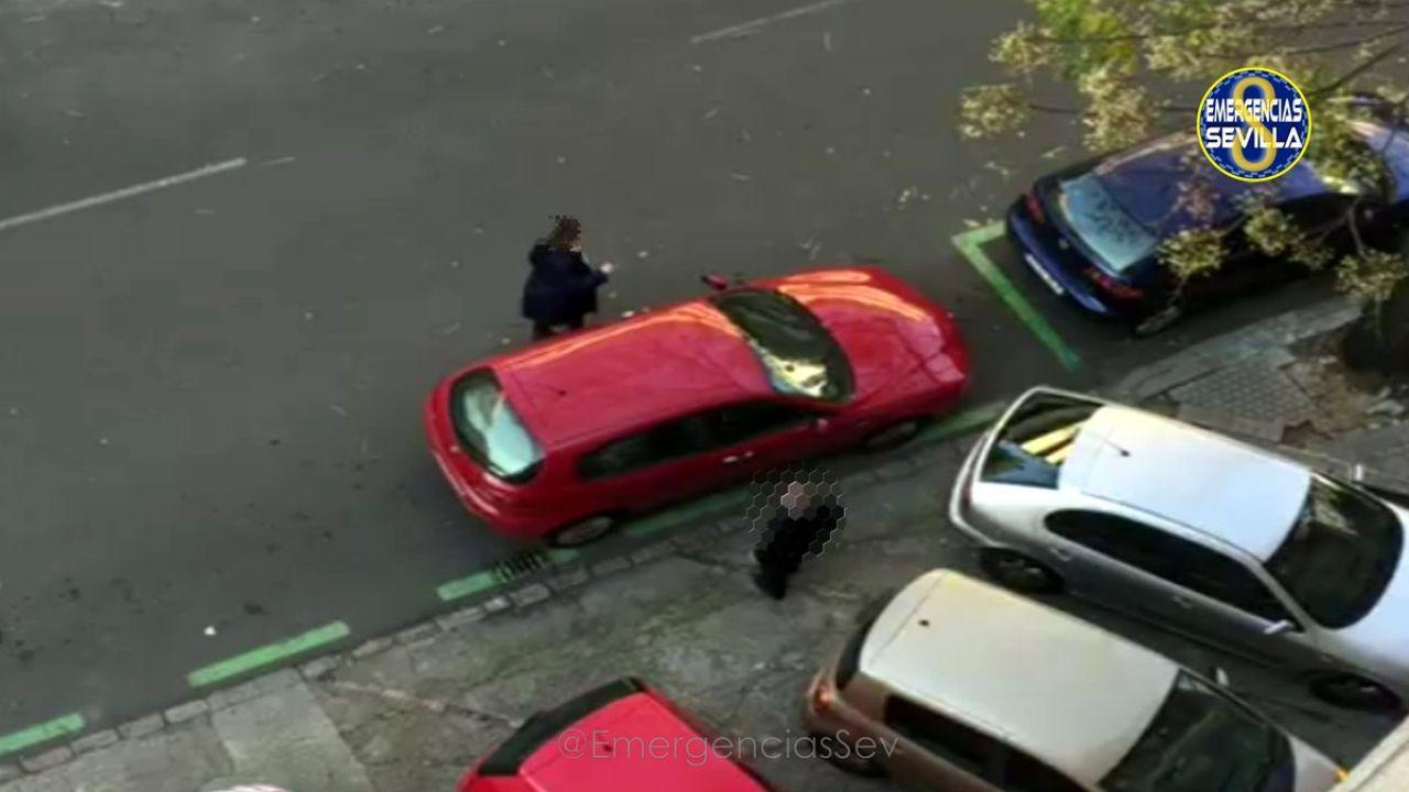 Un hombre denuncia a un coche mal aparcado y termina denunciado tras ser grabado 'cometiendo su venganza'