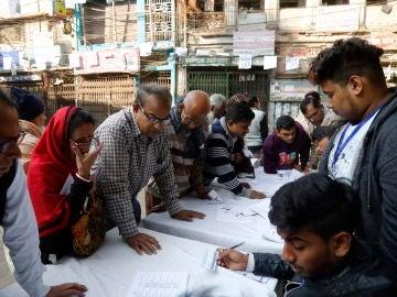 Votantes junto a las urnas en la elecciones de Bangladesh.