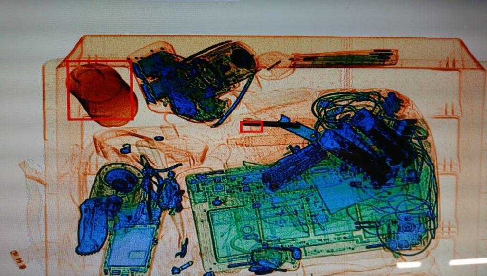Imagen del escáner de la entrada a la Sagrada Familia que detectó los cargadores