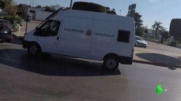 Furgonetas de la Oficina Central de Investigación Judicial a su llegada al Tribunal de Apelación de Salé con los detenidos supuestamente implicados en el asesinato terrorista
