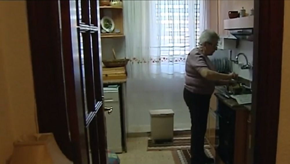 Imagen de una señora mayor sola en su casa