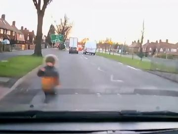 El impactante vídeo de un niño que sale ileso tras ser atropellado por dos coches
