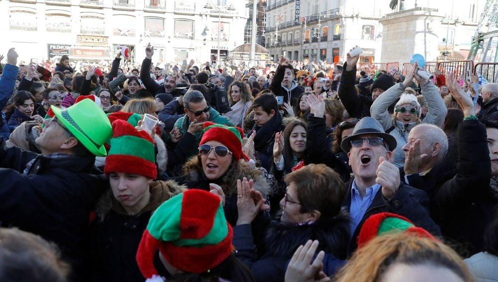 Imagen de personas celebrando las preuvas en la Puerta del Sol