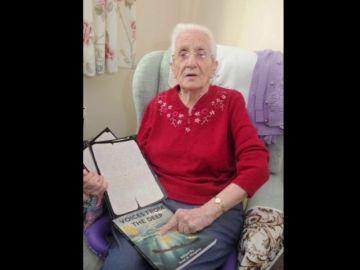 Anciana con la carta de su prometido