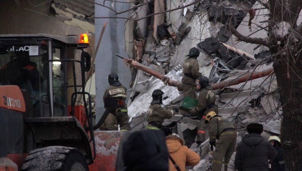 Rescatan un bebé del edificio destruido por la explosión — Milagro en Rusia