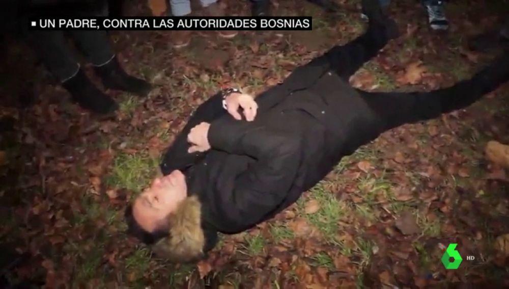 Imagen del padre que lucha contra las autoridades bosnias para denunciar que su hijo fue asesinado por un alto cargo público