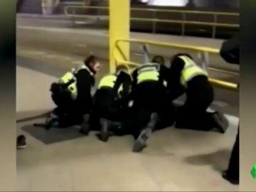 Detenido un hombre por apuñalar a tres personas en una estación de Manchester