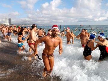 La playa de Sant Sebastià acoge el primer baño multitudinario
