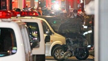 Agentes de seguridad en el lugar del atropello en Tokio.