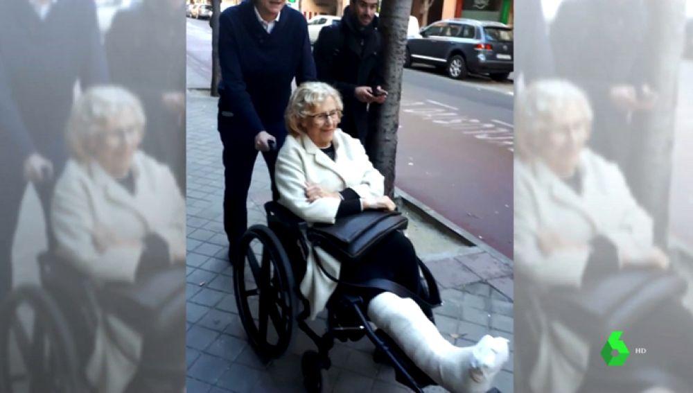 Manuela Carmena abandona el hospital tras dos días ingresada por una infección de tobillo