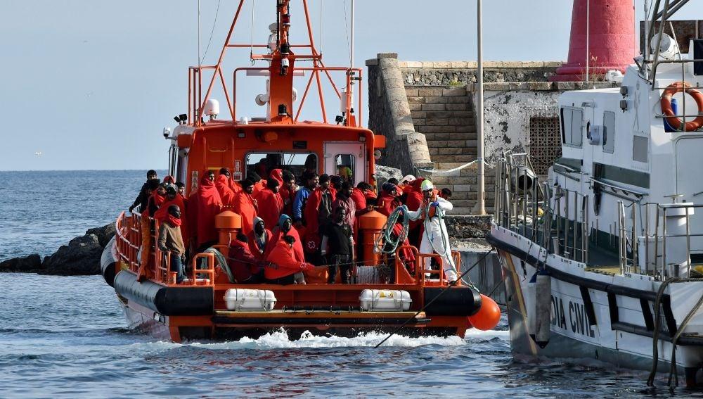 Traslado por parte de Salvamento Marítimo de un grupo de inmigrantes al puerto de Almería.